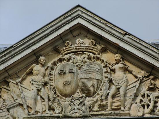 chateau-de-crasmenil-fronton.jpg
